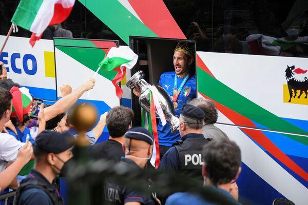 Giorgio Chiellini vystupuje z autobusu, když tým po svém vítězství dorazil do hotelu Parco dei Principi. - Sputnik Česká republika