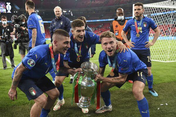 Italští fotbalisté slaví první zlato na velkém turnaji od mistrovství světa 2006. - Sputnik Česká republika