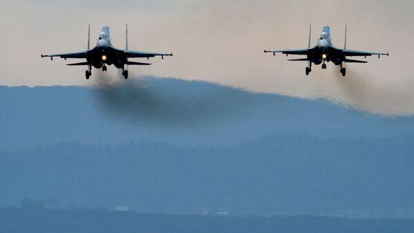 Истребители Су-27СМ совершают посадку во время летно-тактических учений в Приморском крае - Sputnik Česká republika