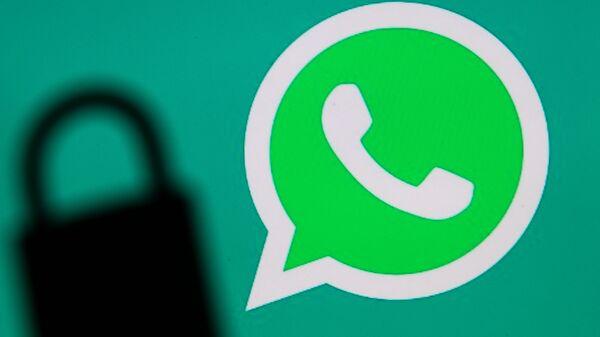 Логотип мессенджера WhatsApp и тень от замка - Sputnik Česká republika