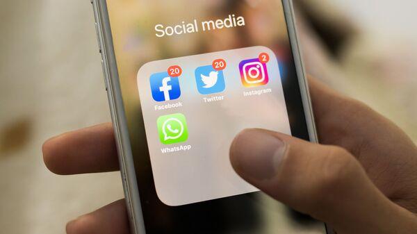 Иконки Facebook, Twitter, Instagram, WhatsApp на экране смартфона - Sputnik Česká republika