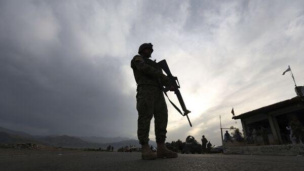 Солдат Афганской национальной армии стоит на страже блокпоста на шоссе Джелалабад-Кабул, Лагман  - Sputnik Česká republika