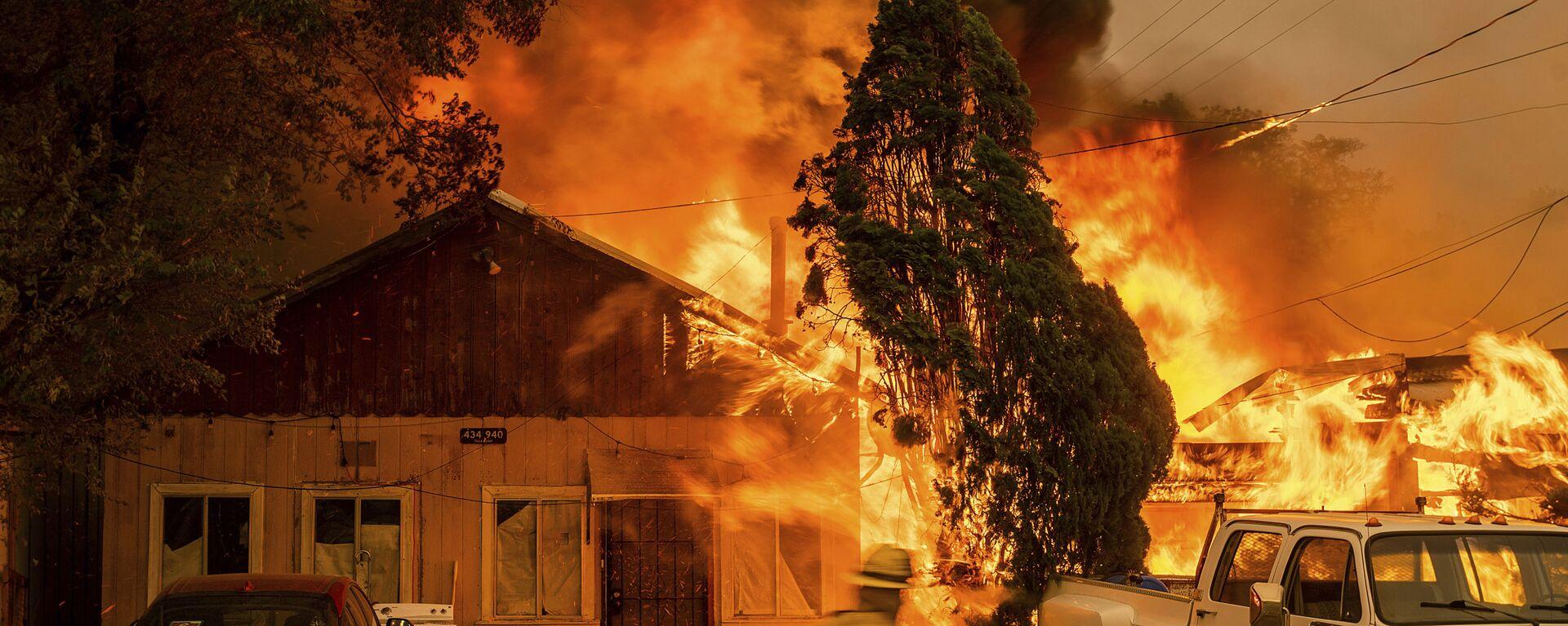 Огонь поглощает дом в штате Калифорния - Sputnik Česká republika, 1920, 18.07.2021