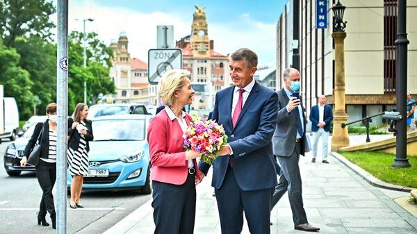 Премьер-министр Чехии Андрей Бабиш дарит цветы главе Еврокомиссии Урсуле фон дер Ляйен - Sputnik Česká republika