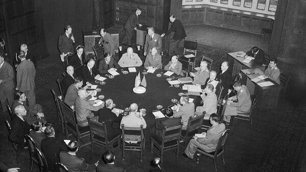 Делегации трех держав-победительниц на Потсдамской конференции за круглым столом конференц-зала в Цецилиенхофе, 17 июля 1945 года - Sputnik Česká republika
