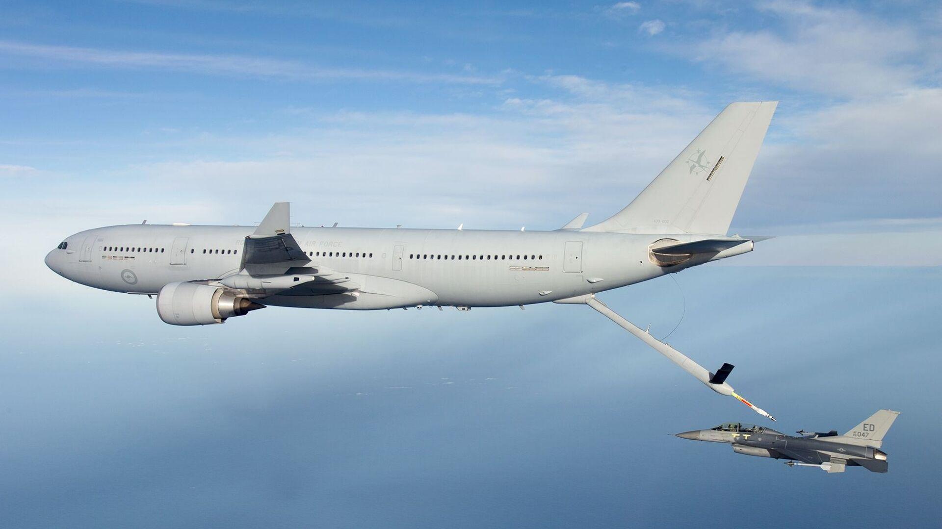 Letoun KC-30 australského letectva tankuje ve vzduchu stíhací letoun F-16 amerického letectva během zkoušek v roce 2015 - Sputnik Česká republika, 1920, 25.07.2021