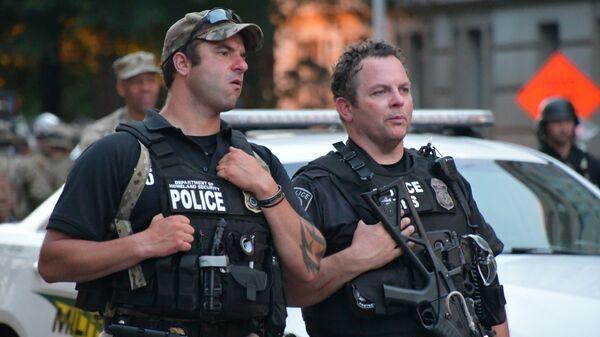 Сотрудники полиции на улице Вашингтона во время протестов - Sputnik Česká republika