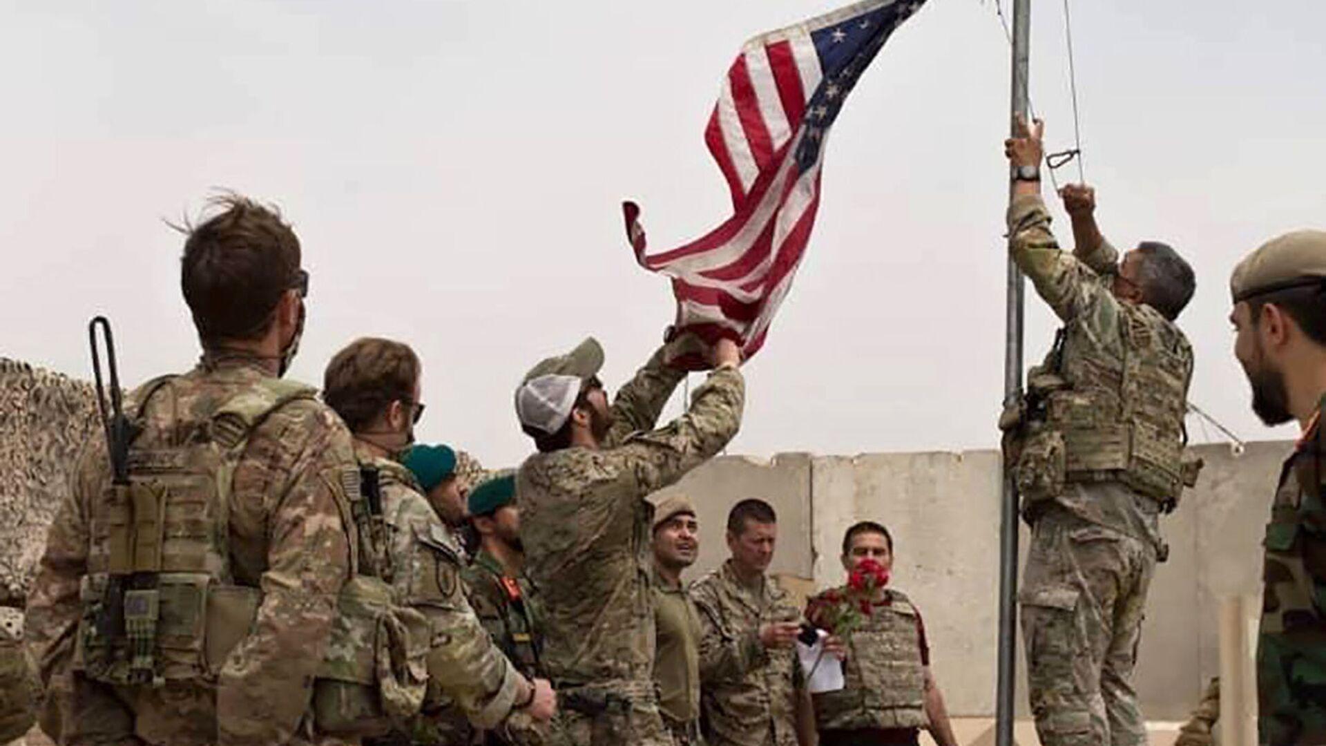 Američtí vojáci stahují vlajku v Afghánistánu - Sputnik Česká republika, 1920, 16.08.2021