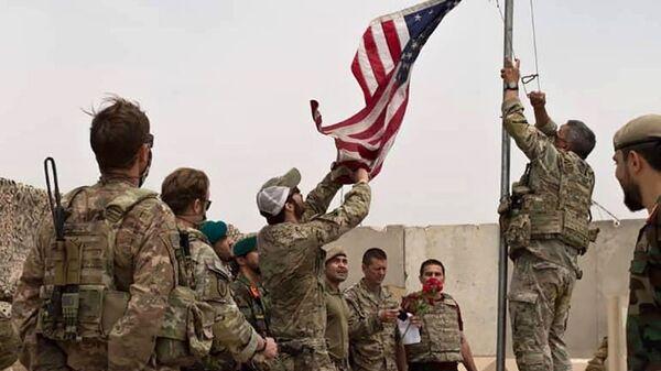 Американские военные опускают флаг США в лагере Anthonic, Афганистан - Sputnik Česká republika
