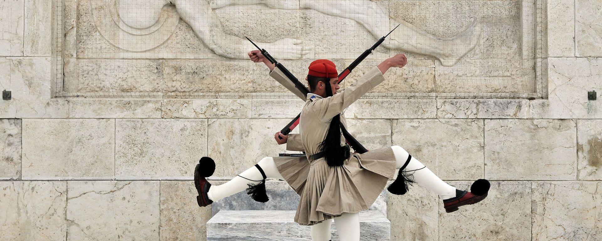 Эвзоны - Президентская гвардия, которая несет почетный караул у Могилы неизвестного солдата и охраняет Президентский дворец в Афинах - Sputnik Česká republika, 1920, 30.07.2021