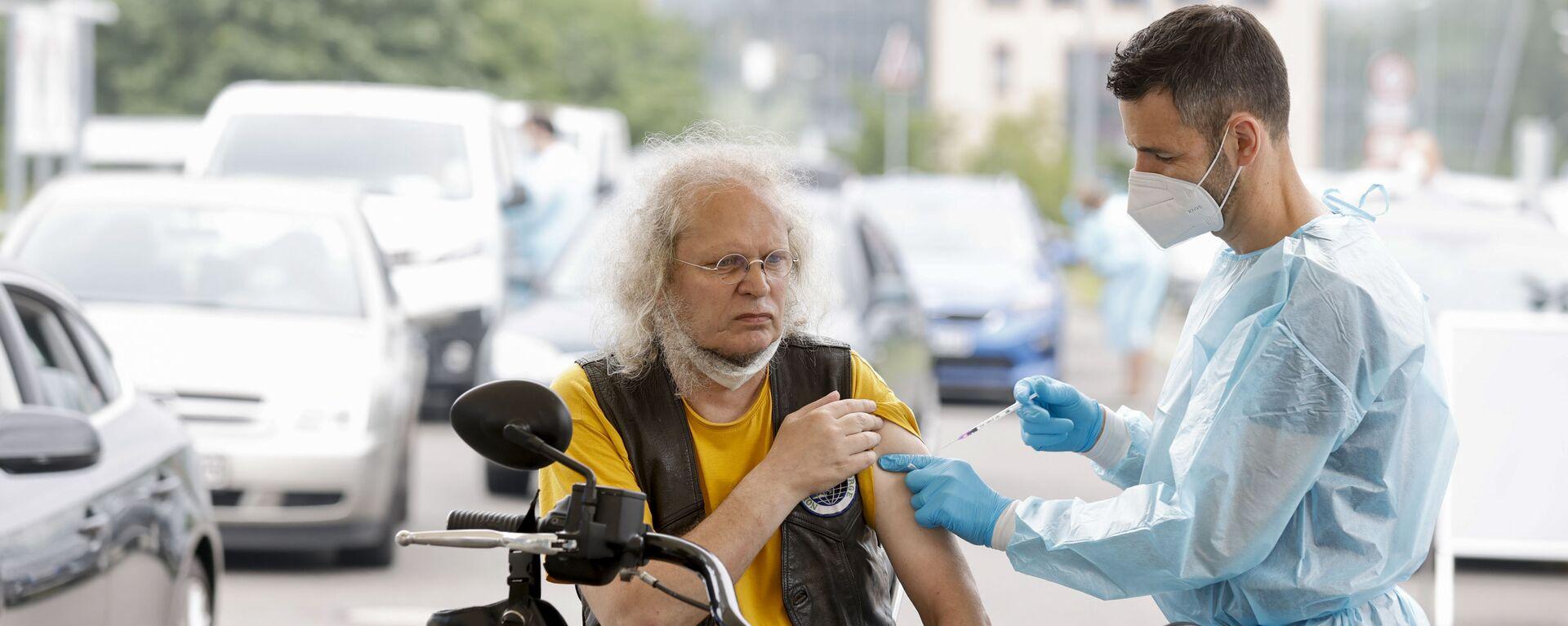 Zdravotnický pracovník aplikuje dávku vakcíny proti koronaviru v centru pro očkování v Berlíně - Sputnik Česká republika, 1920, 04.08.2021