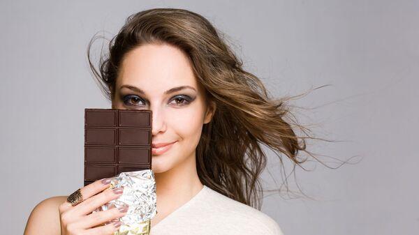 Dívka má v ruce čokoladu - Sputnik Česká republika