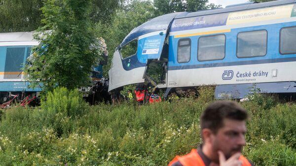 Полиция, медики и спасатели работают на месте столкновения поездов у чешского города Домажлице, Чехия - Sputnik Česká republika