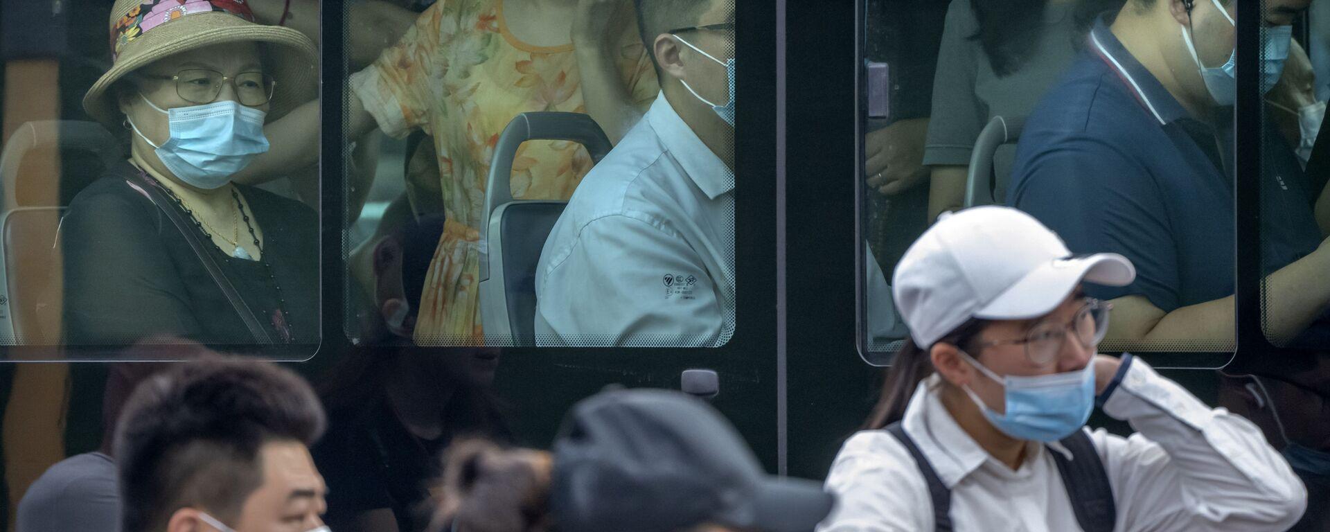 Lidi v autobuse v Pekingu - Sputnik Česká republika, 1920, 13.08.2021