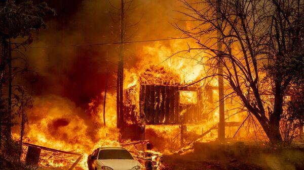 Охваченный пламенем дом в Гринвилле, Калифорния - Sputnik Česká republika