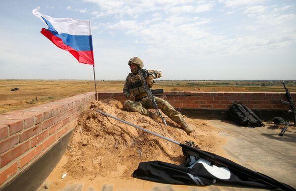 Ruský voják během mezinárodních cvičení INDRA 2021 na střelnici Prudboj ve Volgogradské oblasti. - Sputnik Česká republika