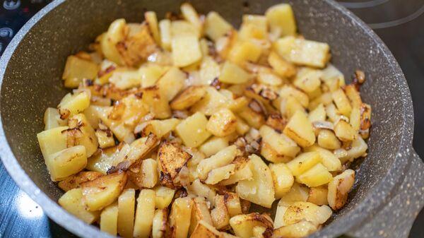 Жареный картофель с луком в сковороде - Sputnik Česká republika