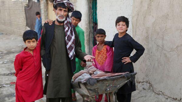 Люди во временном лагере для пострадавших в результате боевых действий, на одной из улиц Кабула - Sputnik Česká republika