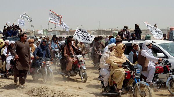 Люди с флагами талибов на границе Пакистана и Афганистана - Sputnik Česká republika
