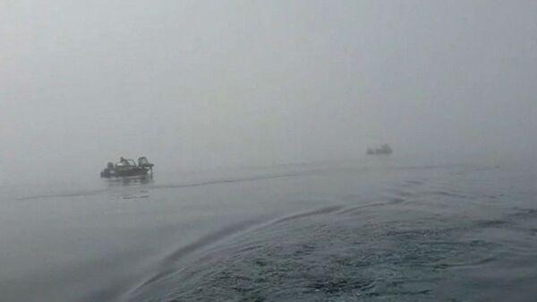 Vyhledávací práce v místě havárie vrtulníku Mi-8 v Kurilském jezeře  - Sputnik Česká republika