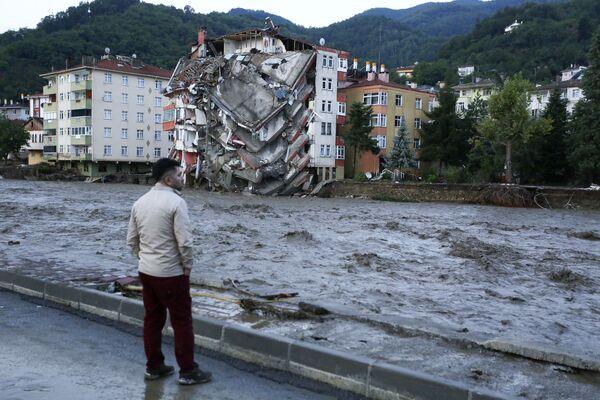 Poničený dům ve městě Bozkurt, Kastamonská provincie. - Sputnik Česká republika