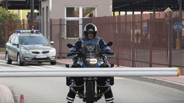 Motorkář na polsko-běloruské hranici v Terespolu - Sputnik Česká republika