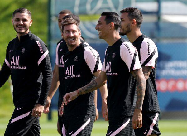 Lionel Messi spolu se svými novými spoluhráči na tréninku Paris Saint-Germain. - Sputnik Česká republika