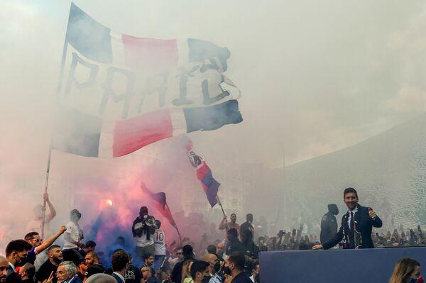 Lionel Messi vítá fanoušky PSG po ukončení své první tiskové konference jako hráč pařížského klubu. - Sputnik Česká republika