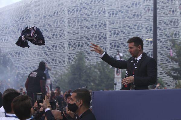 Lionel Messi háže svůj dres fanouškům PSG. - Sputnik Česká republika