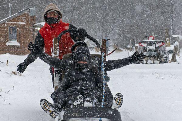 Turisté si užívají jízdy se psy za hustého sněžení. - Sputnik Česká republika