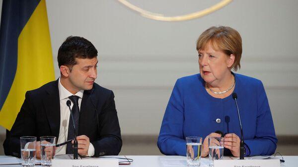 Prezident Ukrajiny Volodymyr Zelenskyj a kancléřka Německa Angela Merkelová na tiskové konferenci - Sputnik Česká republika