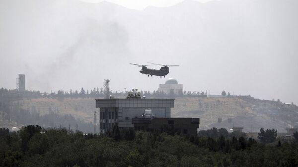 Вертолет Chinook  над посольством США в Кабуле  - Sputnik Česká republika