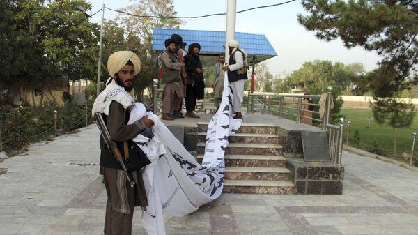 Боевики Талибан* поднимают свой флаг в городе Газни  - Sputnik Česká republika