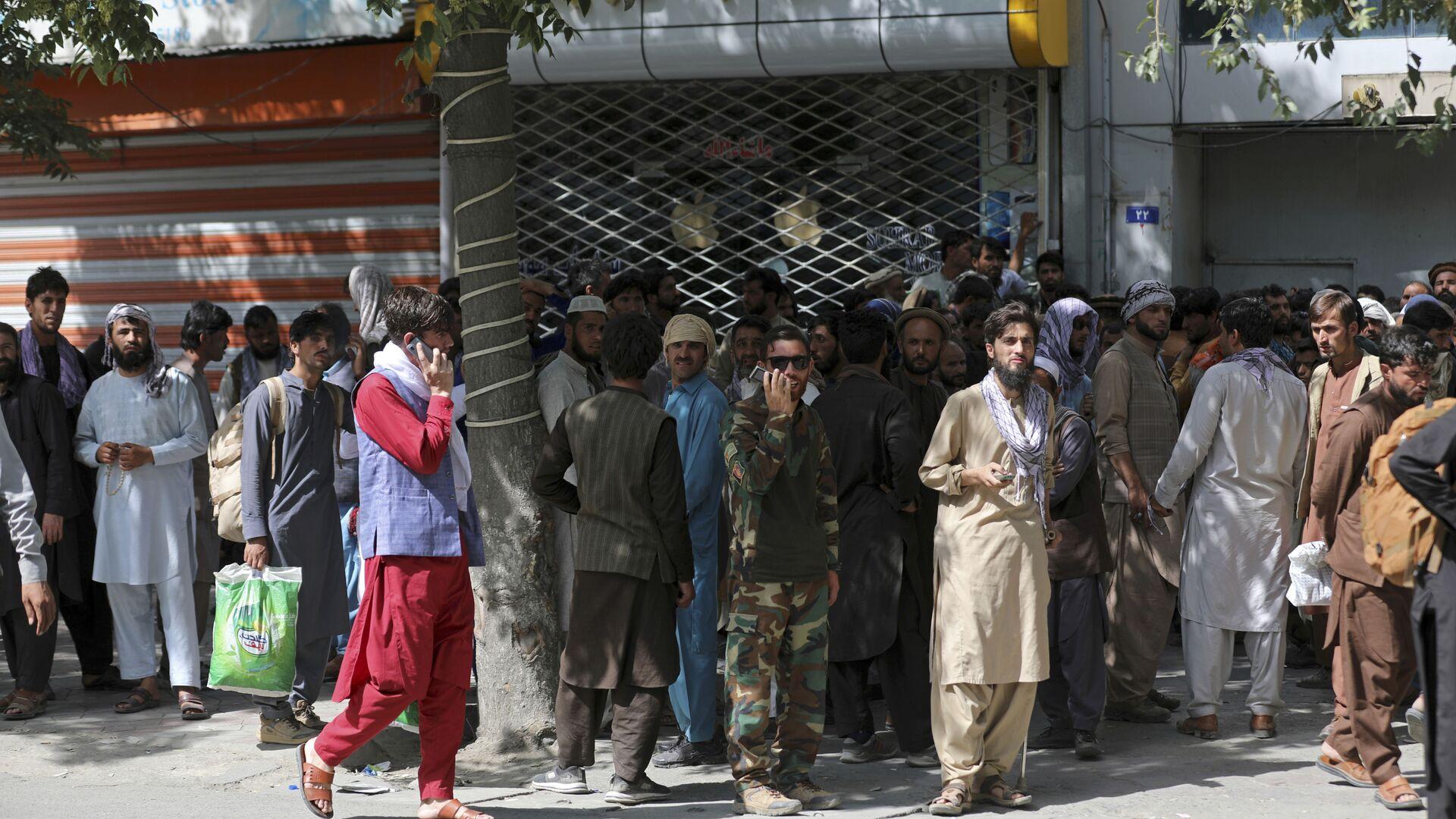 Афганцы в очереди в банк в Кабуле  - Sputnik Česká republika, 1920, 19.08.2021