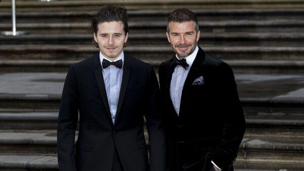 Бывший футболист сборной Англии Дэвид Бекхэм и его сын Бруклин на премьере фильма «Наша планета» в Лондоне - Sputnik Česká republika