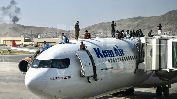 Афганцы на самолете в аэропорту Кабула  - Sputnik Česká republika