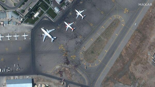 Спутниковый снимок толпы на взлетной полосе аэропорта Кабула  - Sputnik Česká republika