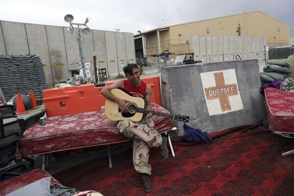 Afghánský voják s kytarou na základně Bagrám v Afghánistánu - Sputnik Česká republika