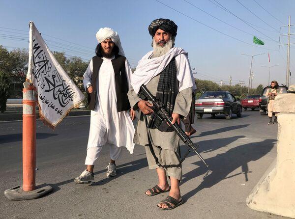 Bojovník Tálibánu (teroristická organizace zakázaná v Rusku a několika dalších zemích) s americkou puškou M16 v Kábulu - Sputnik Česká republika