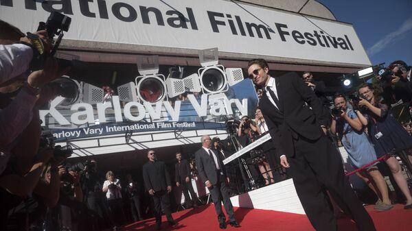 Британский актер Роберт Паттинсон позирует на красной дорожке во время закрытия 53-го Карловарского международного кинофестиваля в Карловых Варах, 2018 год - Sputnik Česká republika