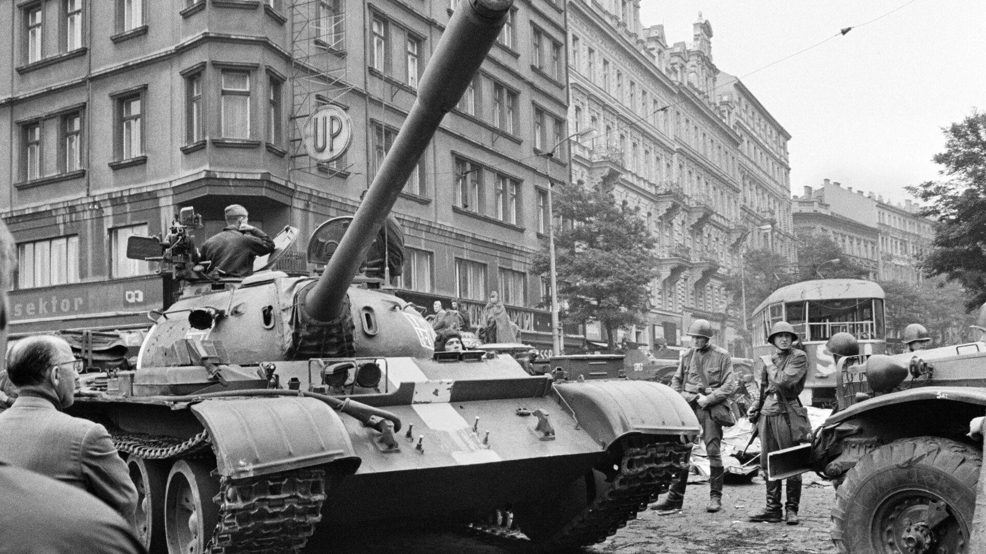 Sovětské tanky v ulicích Prahy v roce 1968 - Sputnik Česká republika, 1920, 28.09.2021