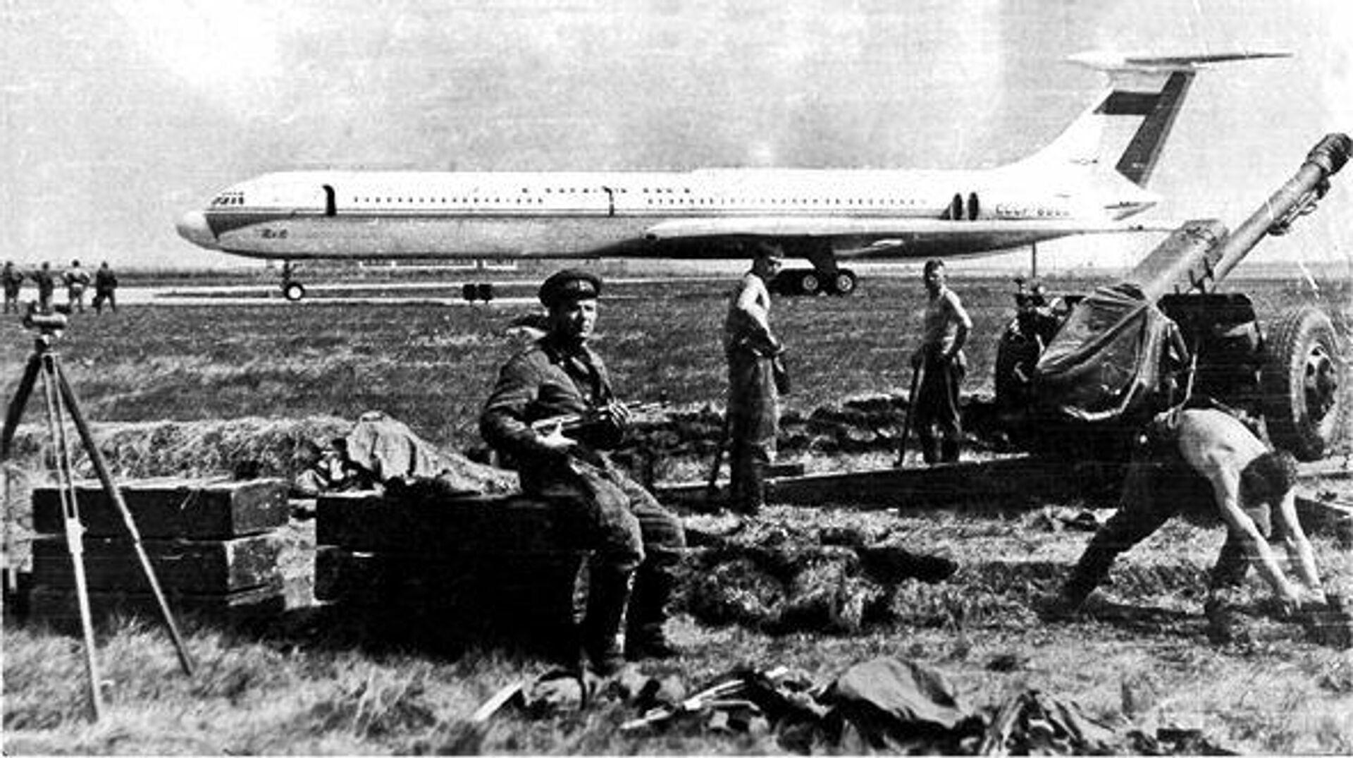 Sovětští výsadkáři na pražském letišti Ruzyně - Sputnik Česká republika, 1920, 20.08.2021