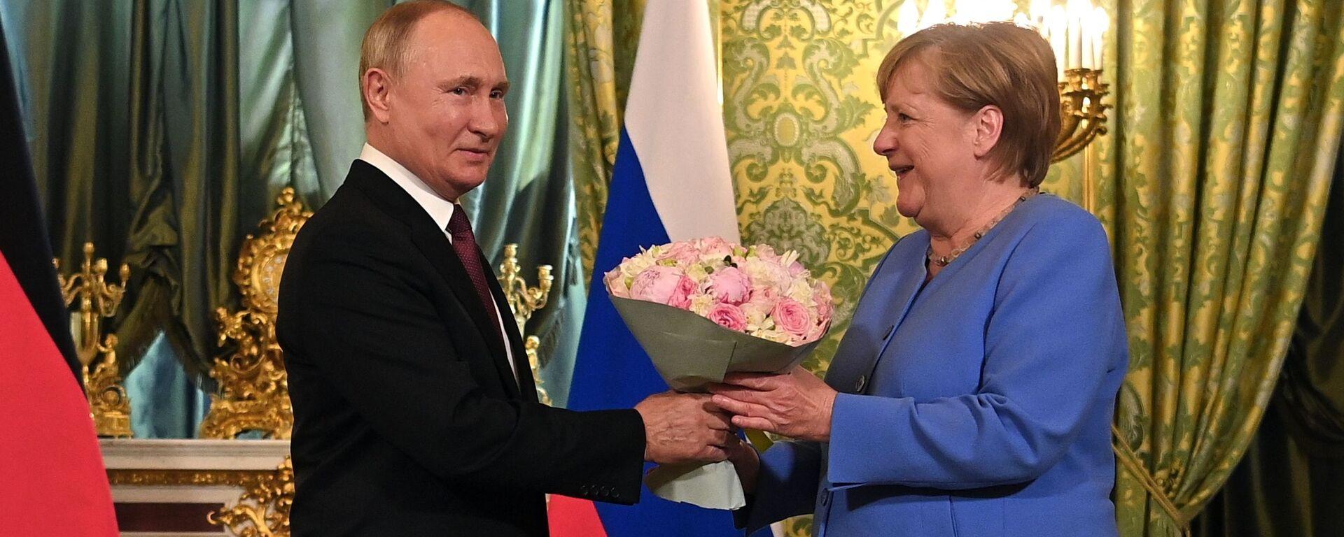 Ruský prezident Vladimir Putin a německá spolková kancléřka Angela Merkelová během setkání v Moskvě - Sputnik Česká republika, 1920, 21.09.2021