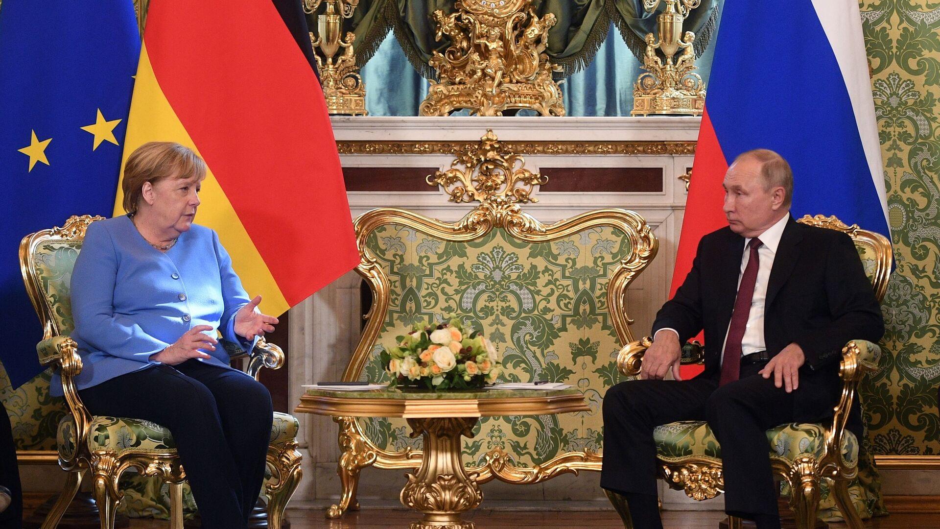 Ruský prezident Vladimir Putin a německá spolková kancléřka Angela Merkelová během setkání v Moskvě - Sputnik Česká republika, 1920, 20.08.2021