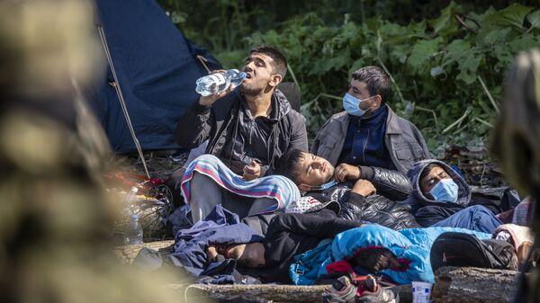 Мигранты в импровизированном лагере на границе между Беларусью и Польшей - Sputnik Česká republika