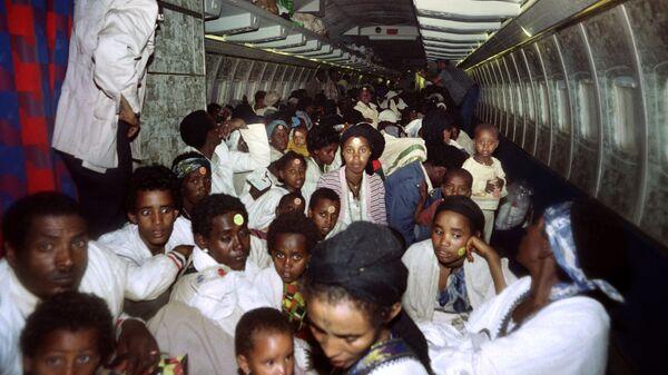 Ethiopian Jews sit on bard of an Israeli Air Force plane on May 25, 1991 - Sputnik Česká republika