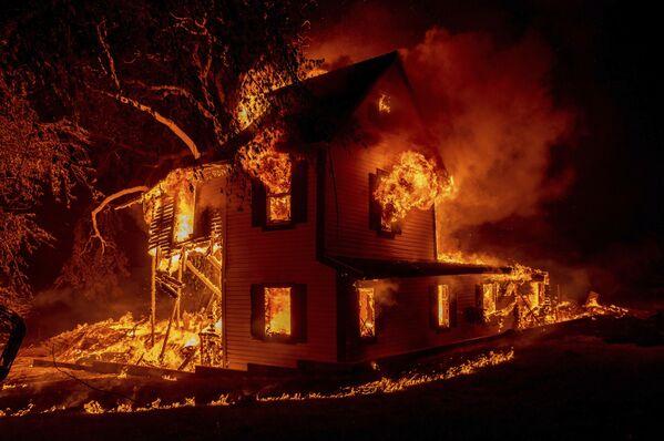 Požár domu v Janesville, Kalifornie - Sputnik Česká republika