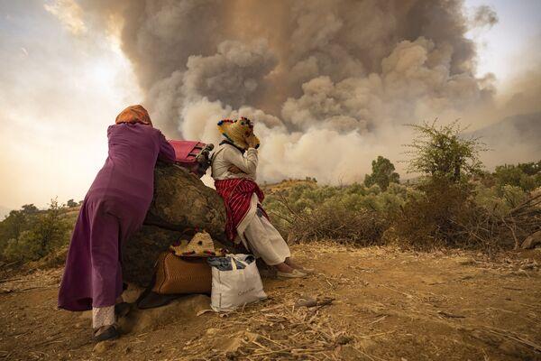 Ženy na horské cestě s věcmi při lesních požárech v severním Maroku - Sputnik Česká republika