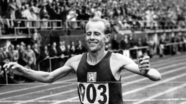 Чехословацкий легкоатлет Эмиль Затопек на XV летних Олимпийских играх в Хельсинки, 1952 год - Sputnik Česká republika
