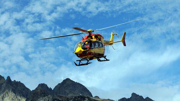 Спасательный вертолет на итальянской стороне горы Гранд-Жорас в массиве Монблан - Sputnik Česká republika